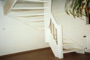 Weiße Holztreppe treppenbau holzwangentreppen oder rundgezogene treppen vom tischler